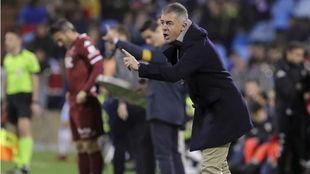 Lucas Alcaraz da instrucciones ante el Córdoba.