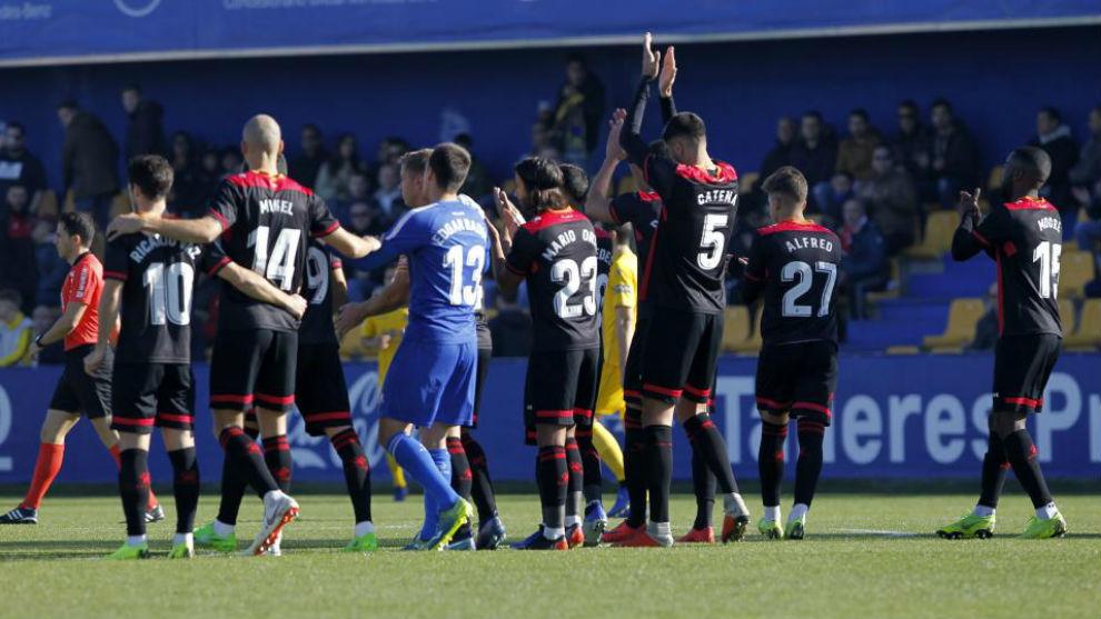 Los jugadores del Reus después de parar durante un minuto en el...