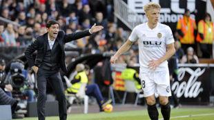 Wass, con Marcelino de fondo durante un partido en Mestalla.
