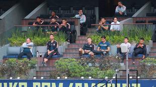 Miguel Herrera junto a los futbolistas del América observan el duelo...