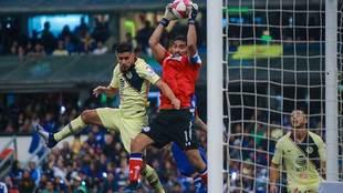 Bruno Valdez y Jesús Corona disputan un balón en el partido de la...
