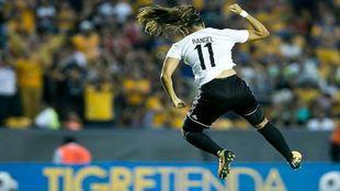 Rangel celebra un gol con Tigres.