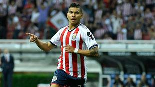 Orbelín Pineda celebra un gol con Chivas