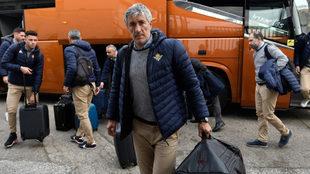 Quique Setién carga con un macuto recién llegado al aeropuerto de...