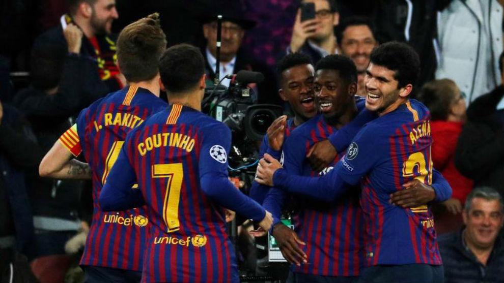 Los jugadores del Barcelona celebran con Dembélé su gol al Tottenham