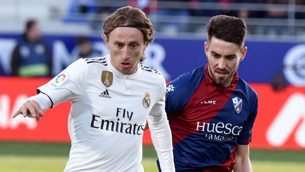 Moi Gómez y Modric en el Huesca-Real Madrid.