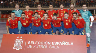 La selección española de fútbol sala posa antes de un partido.