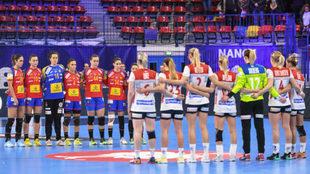 Las selecciones de España y Noruega durante el minuto de silencio por...