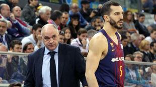 Pablo Laso, junto al azulgrana Pau Ribas, en un partido del Madrid...