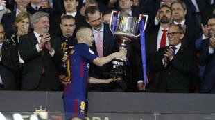 El Rey Felipe VI entrega a Andrés Iniesta el trofeo correspondiente a...