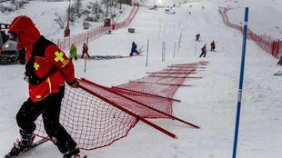 Operarios de Val d'Isère desmontan las vallas de seguridad tras...