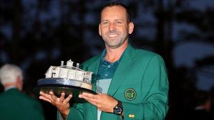 Sergio García posa con el trofeo de ganador del Masters 2017.