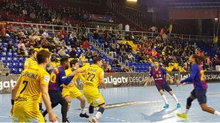 Un momento del partido entre el Barcelona y el Huesca