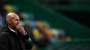 Marcel Keizer observa un lance de un partido del Sporting CP.