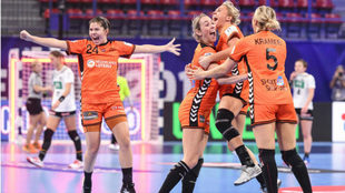 Las jugadoras holandesas celebran su victoria sobre Alemania y su...