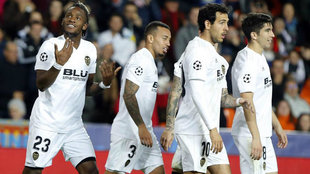 Los jugadores del Valencia, durante el partido ante el United.