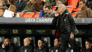 Mourinho da instrucciones desde la banda.