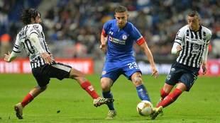 Iván Marcone, de Cruz Azul, intenta marcharse de dos rivales.