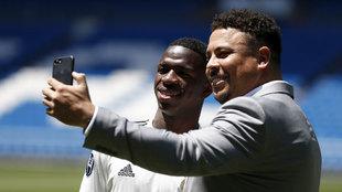Vinícius y Ronaldo posan en la presentación del brasileño con el...
