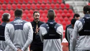 Vicente Moreno se dirige a sus jugadores en el entrenamiento de este...
