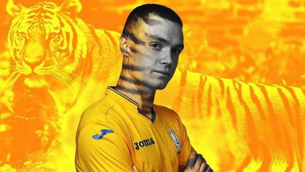Viktor Tsygankov posa con la nueva camiseta de Ucrania.