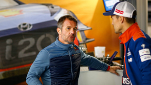 'Seb', charlando con Sordo, durante su visita al Rally de...