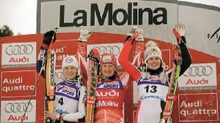 Tanja Poutiainen, en el podio junto a Manuela Moelgg y Nicole Hosp...