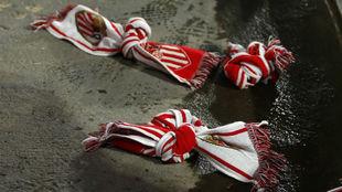 Bufandas lanzadas al césped del Sánchez-Pizjuán antes del partido...