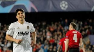 Carlos Soler celebra su gol ante el United.