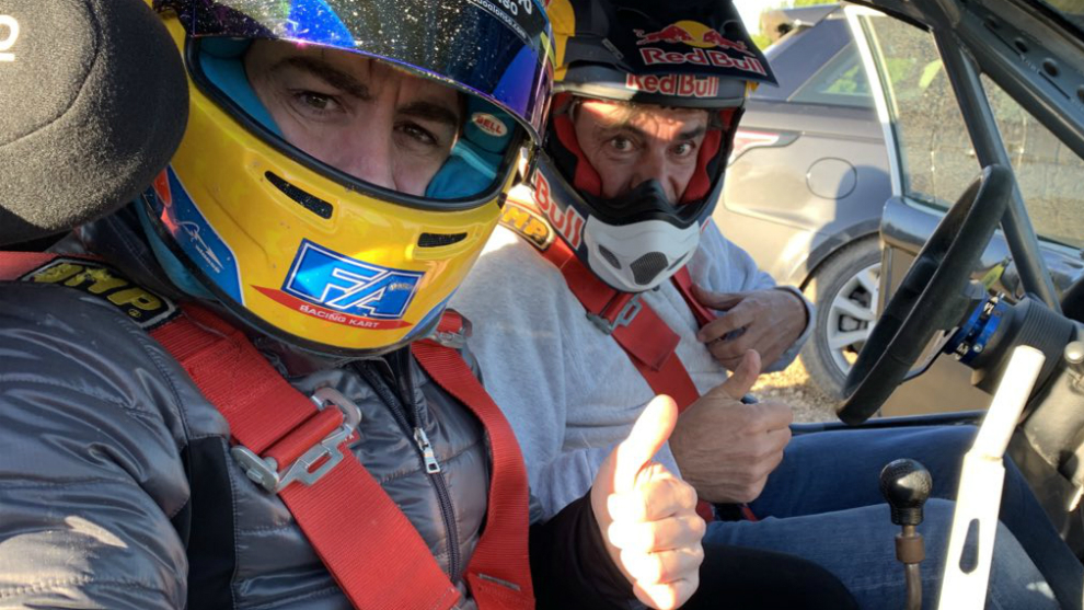 Alonso posa con Carlos Sainz.