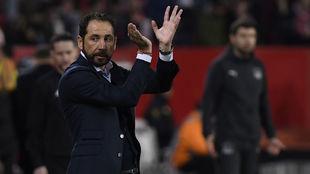 El técnico sevillista Pablo Machín (43) aplaude una buena acción de...