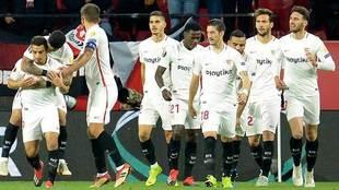 Los jugadores del Sevilla abrazan a Ben Yedder.