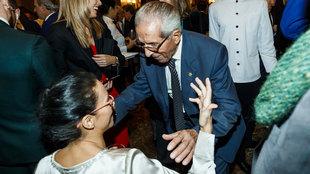 Bahamontes se acerca a saludar a Teresa Perales