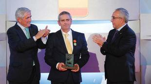 El padre de Celia Barquín recibe el premio de manos de Gonzaga...