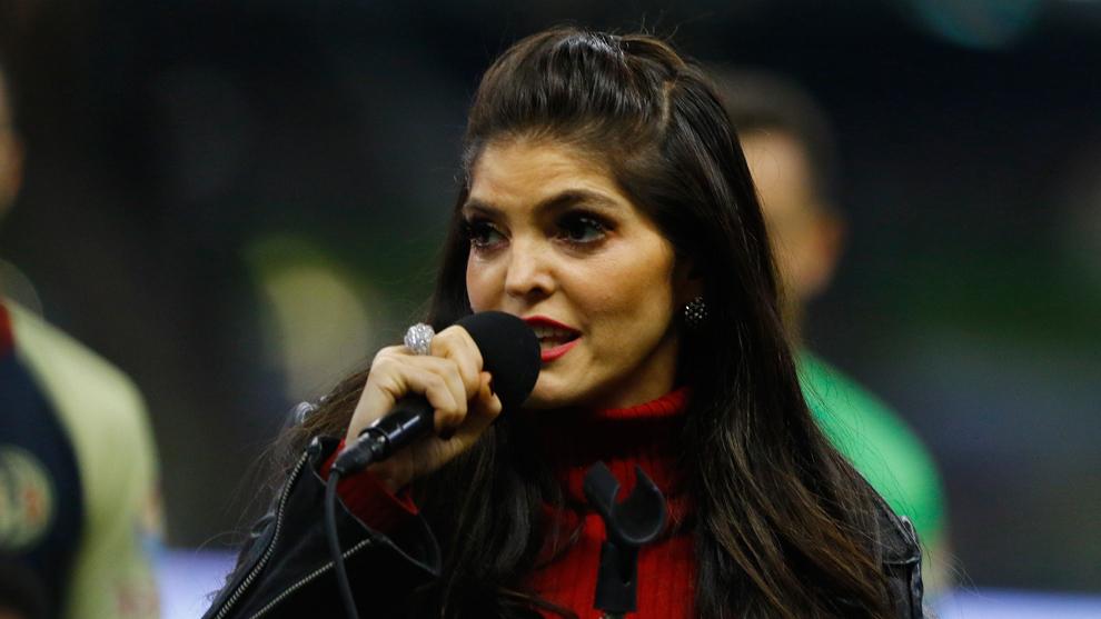 Ana Bárbara, sufre la maldición del Himno Nacional