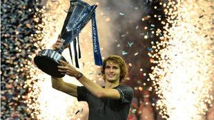 Zverev, con el trofeo ganador de la final ATP