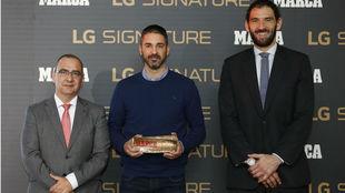 Juan Carlos Navarro, con el MARCA Leyenda, junto a Juan Ignacio...
