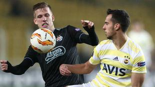 Dani Olmo trata de zafarse de Baris Alici, del Fenerbahçe.
