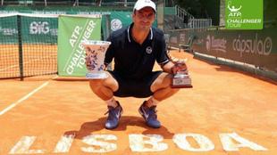 Tommy Robredo con el título de campeón del Challenger ATP de Lisboa,...