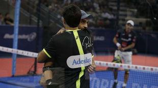 Bela y Lima se abrazan tras su victoria.