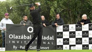 José María Olazábal golpea la bola durante el torneo.
