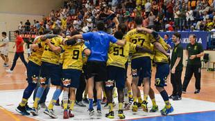 Los jugadores del Bidasoa celebran una victoria en Artaleku