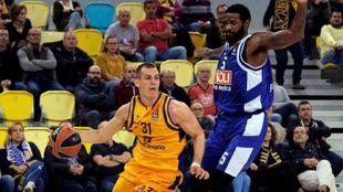 Nikola Radicevic supera la defensa de Earl Clark.
