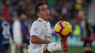 Lucas Vázquez controla un balón