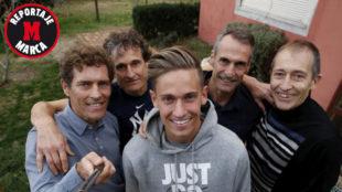 Marcos posa junto con Julio, Paco (su padre), Toñín y José Luis