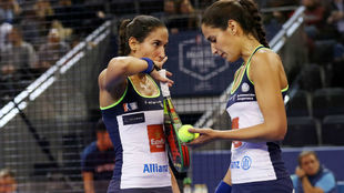 Mapi y Majo conversan durante el partido de semifinales.