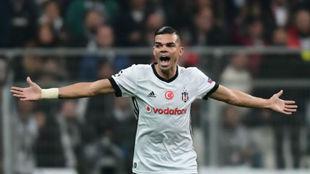 Pepe grita durante un partido de Champions contra el Mónaco.