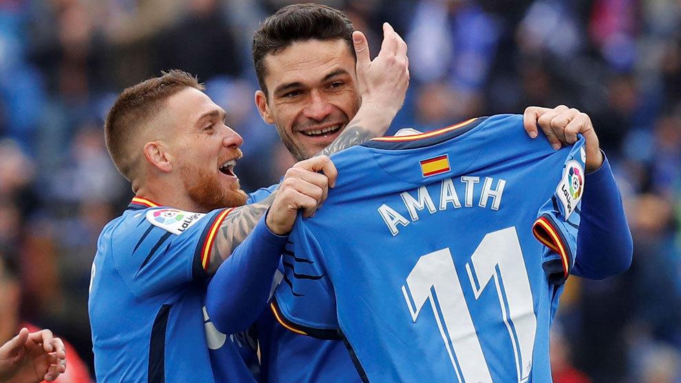 Molina sostiene la camiseta de Amath tras su gol.