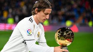 Luka Modric, con el Balón de Oro en el Bernabéu