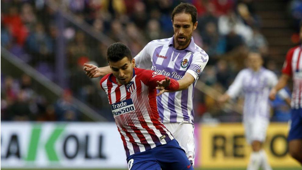 Correa, con el balón ante Míchel.